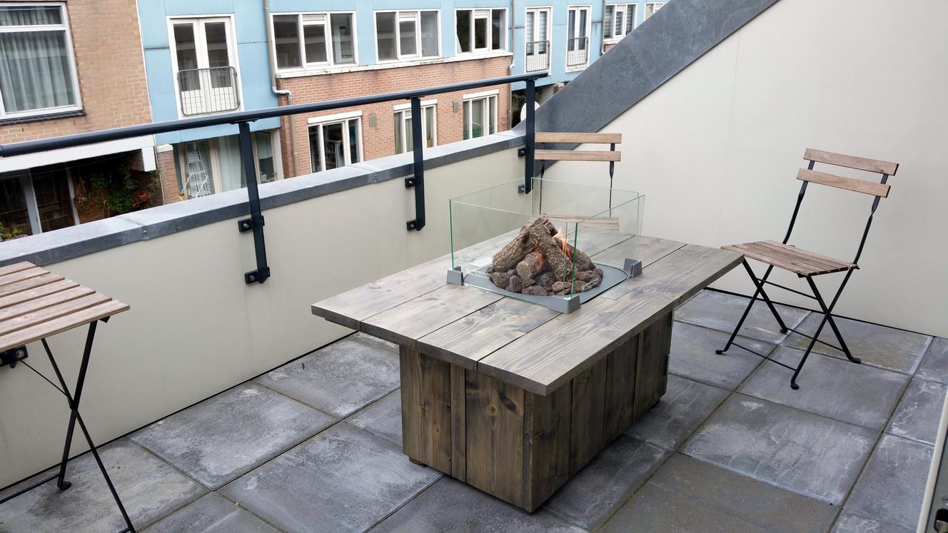 Steigerhouten Vuurtafel voor een balkon